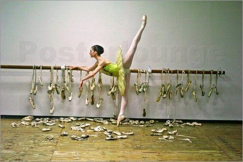 Wandbild von Kike Calvo - Eine Ballerina posiert mit allen Spitzenschuhen ihrer Karriere