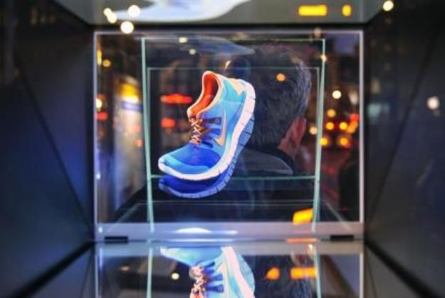 Holographic Ad Gives Live Demo Of Nike Shoes On The Street Video Nike Holographic Advertising Campaign