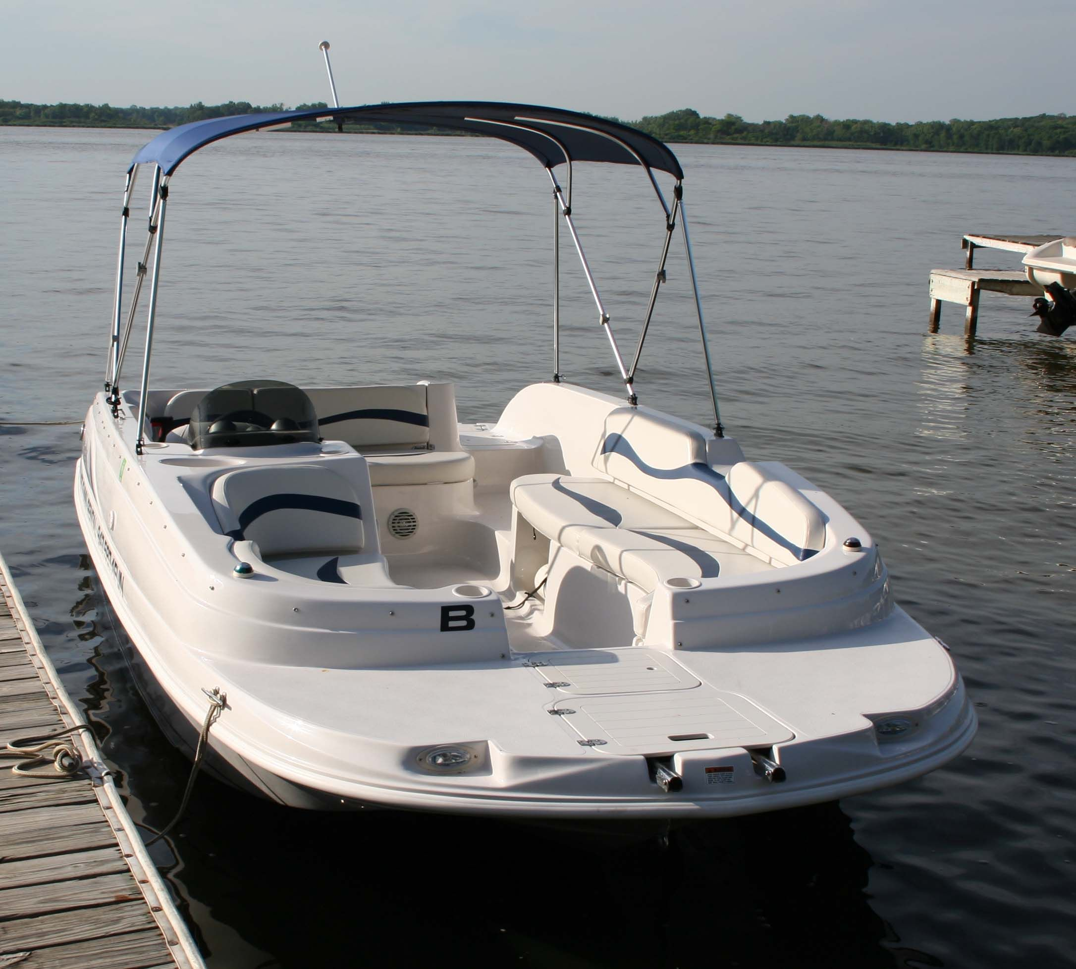 A Nice Boat For Family And Friends To Go Out Fishing Or Swimming And Just Hang Out Boat Swimming Hanging Out