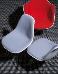 Charles & Ray Eames, 1950  L'Eames Plastic Side Chair est la version actualisée du légendaire Fiberglass Chair. Conçu en collaboration avec Zenith Plastics pour le concours « Low Cost Furniture Design » du Museum of Modern Art à New York, il fut le premier siège en matière plastique de fabrication industrielle.
