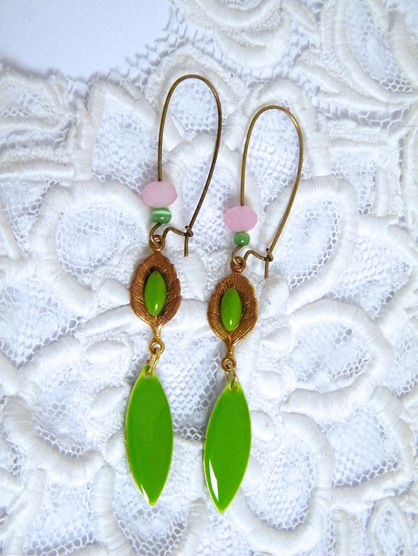 Boucles d'oreilles dormeuses métal doré, émail et perles verre : Boucles d'oreille par francesca