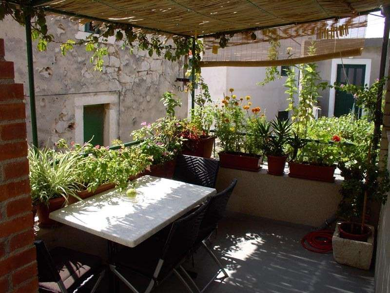 Terrazzo con fiori e piante piante e fiori di vario tipo