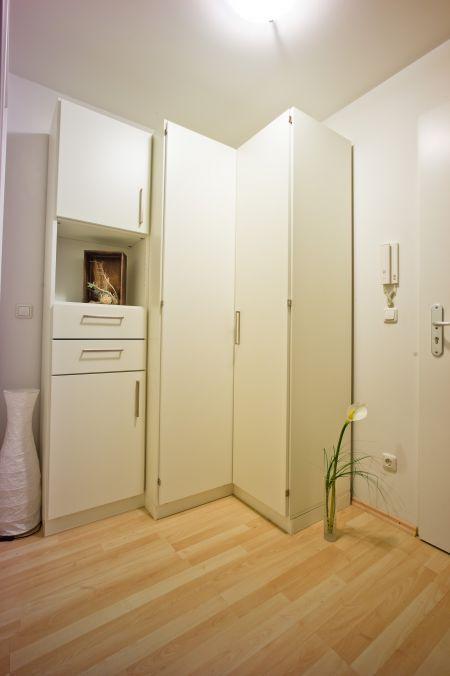Weisser Eckschrank Mit Drehturen Und Schubladen In Einem Aussergewohnlichen Design Eckschrank Schrank Haus