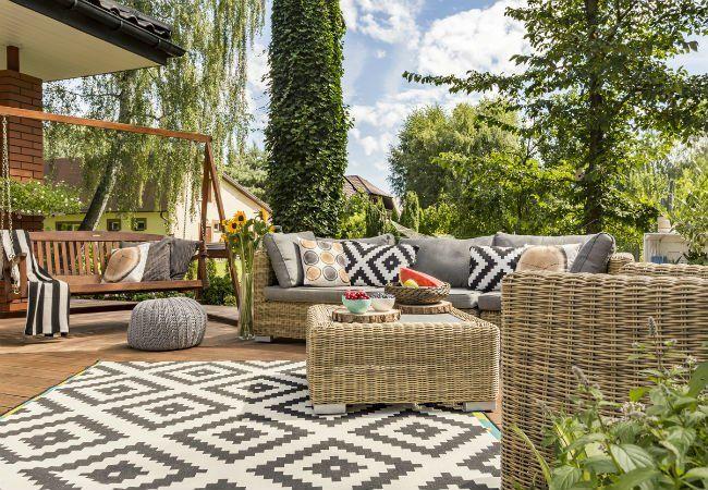 Outdoor-Teppich, bunte Kissen, Rattan-Lounge-Ecke #outdoorrugs