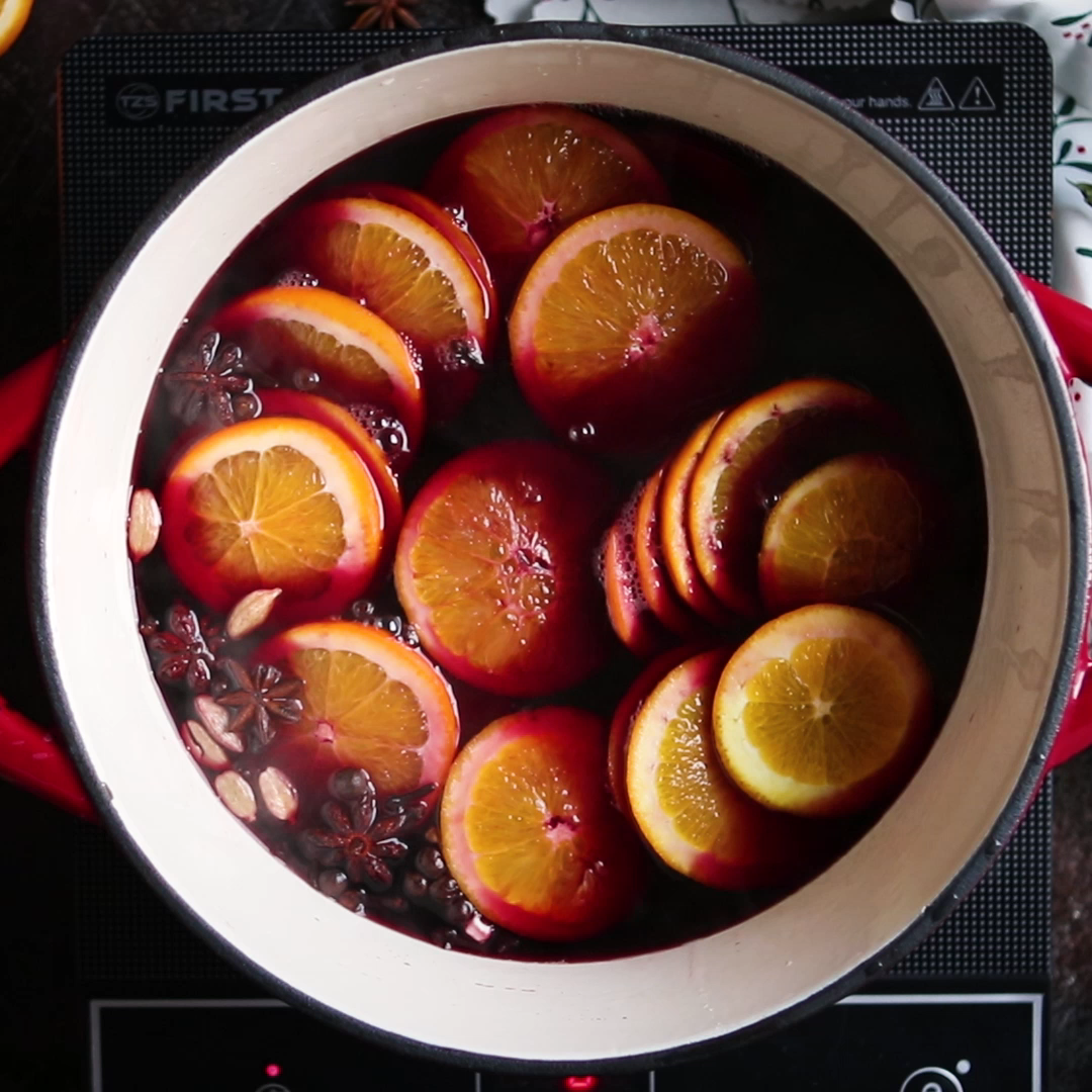 This easy and warming German Mulled Wine (Gluhwein) is a perfect drink to serve during festive season. It smells like Christmas and serves a crowd! #germanrecipe #gluhwein #drink #cocktail #mulledwine | happykitchen.rocks