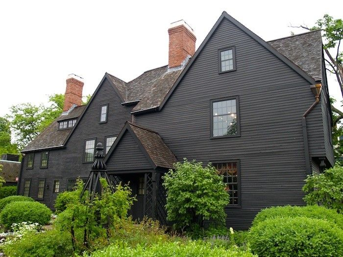 Best 11 Traditional Houses Gone To The Dark Side Black House 400 x 300