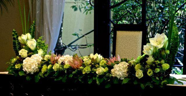ホワイト、グリーン系のメインテーブル装飾