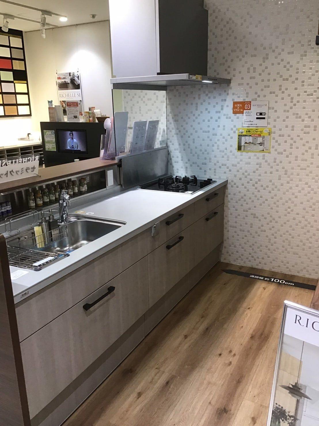 先日 リクシルの京都ショールームにお客様をご案内しました 展示してある最新の住宅設備機器をご紹介します ショールームでは カタログでは分からない細部 2020 リシェルsi リビング キッチン 新築 キッチン