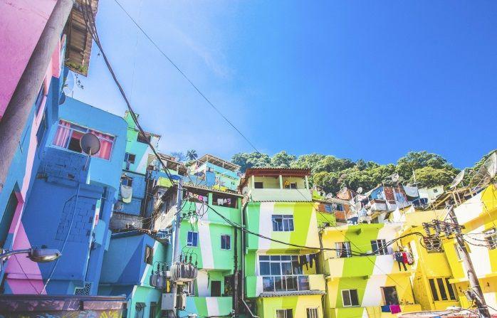 Haas & Hahnin favela-maalausprojekti Praça Cantãossa, Rio Janeiro Brasilia