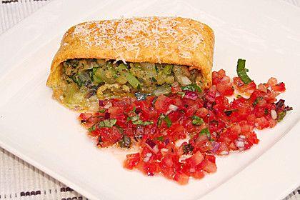 Käsesoufflé-Roulade mit Zucchinifüllung und kalter scharfer Tomatensalsa (Rezept mit Bild) | Chefkoch.de