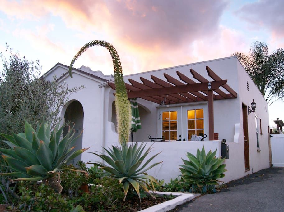 Apartment in Los Angeles, United States. This roomy studio suite (approx. 400 sf) is in the front of a 1926 Spanish tri-plex in the Silver Lake hills. The main room is bright and breezy with a large picture window, high cove ceilings and hardwood floors. Includes kitchen, full bath & pri...