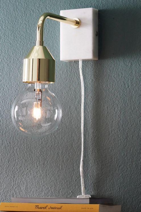 Vägglampa i modern design som också blir snygg som sänglampa. Av metall med platta av marmor. Sladdlängd 2 m. Mått utan ljuskälla: Höjd 16 cm. Bredd 7 cm. Djup 22 cm. Stor sockel. Väggkontakt. Ljuskälla ingår ej. Olika typer av glödlampor förändrar stilen hos din lampa. Prova dig gärna fram till ditt eget uttryck! <br><br>