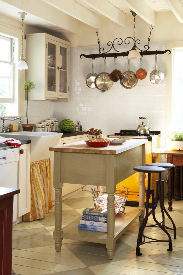 cocina pequeña y acogedora, percha para los utensilios vintage ...