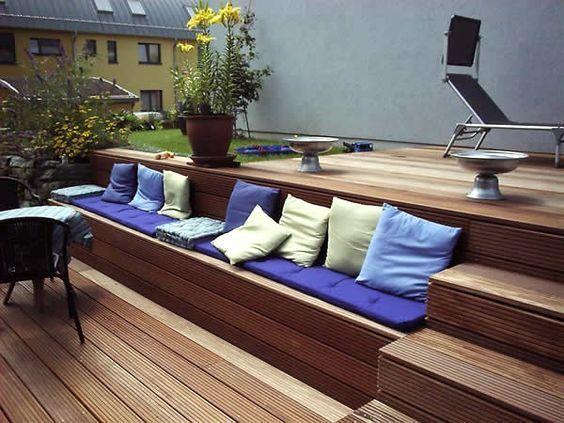 Bankirai-Terrasse mit Treppe und integrierter Bank