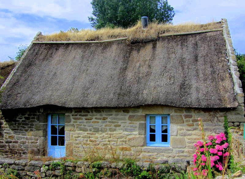This pretty vernacular thatched cottage in La Madeleine, Pays