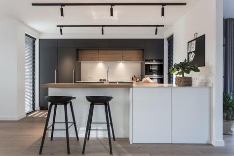 Achterwand Industrieel Keuken : Mat zwarte keuken gecombineerd met hout een wit eiland dun wit