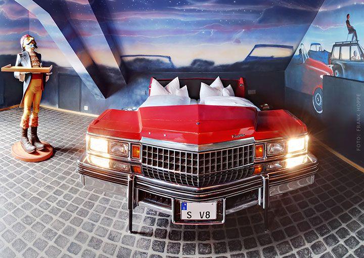 Cet hôtel dédié à lautomobile vous fera dormir dans les voitures les plus confortables