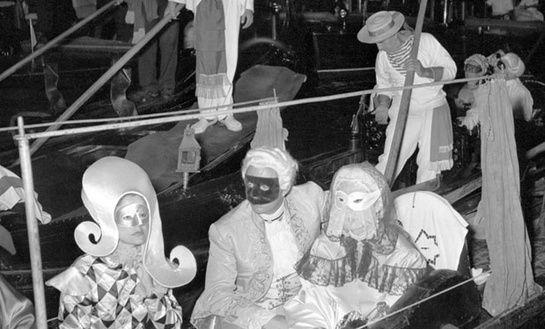 Le Bal du Siècle - Venise, 3 septembre 1951 Regards dissimulés derrière des loups de satin, éventails en dentelle et invités abordant le palais Labia en gondoles... En une nuit, Charles de Beisteguia recréé la Venise de Casanova et de Longhi dans toute sa splendeur et ses excès. Pour illustrer ce Bal du Siècle, Van Cleef & Arpels joue la carte du mystère et dissimule des masques Bauta dans ses parures.