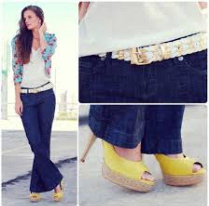 Blazer florido, calça jeans, cinto branco e peep toe amarelo