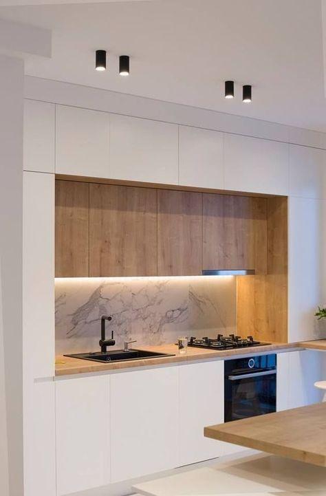 Le ruban LED crée ici un éclairage localisé sur la zone du plan de travail dans cette cuisine aux teintes claires