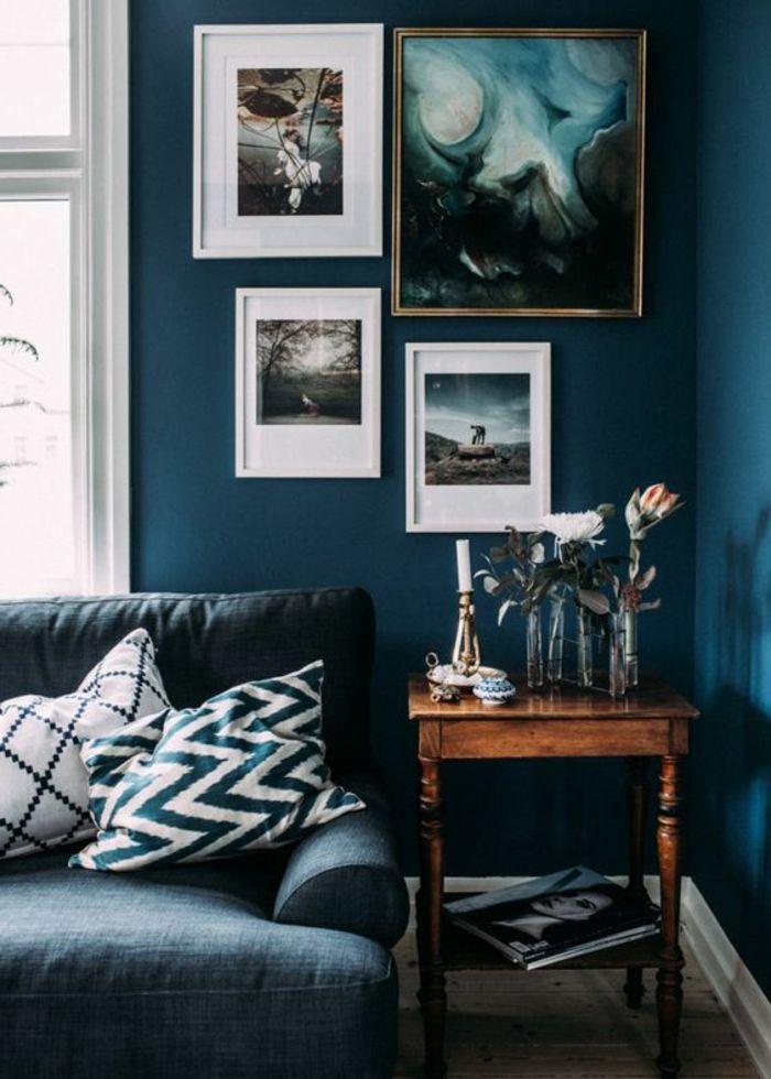 peinture bleu canard, sofa bleu et petite table en bois vintage ...
