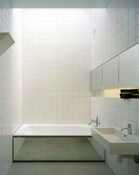 Petite salle de bain carrelage blanc tablier baignoire en for Petite baignoire design