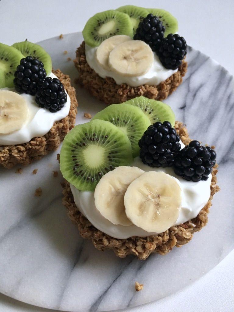 Granola cups med yoghurt og frisk frugt