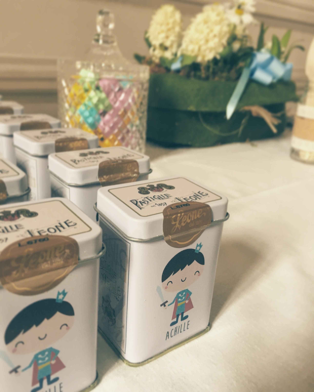 Bomboniere battesimo. Personalizzazione scatole di latta Pastiglie Leone con all'interno misto di caramelle rinfrescanti.