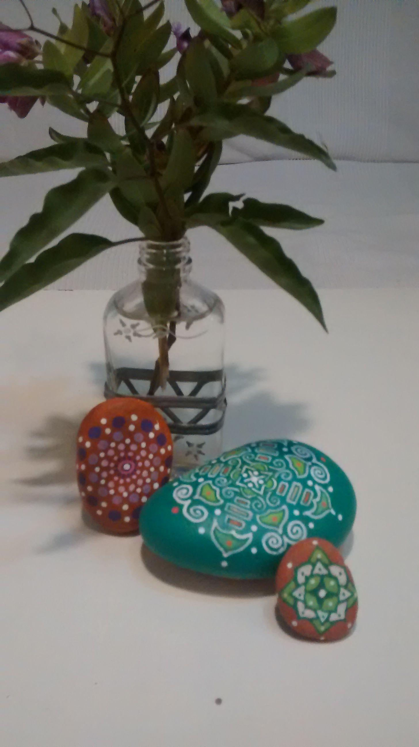 mandala en piedra pintada a mano alzada