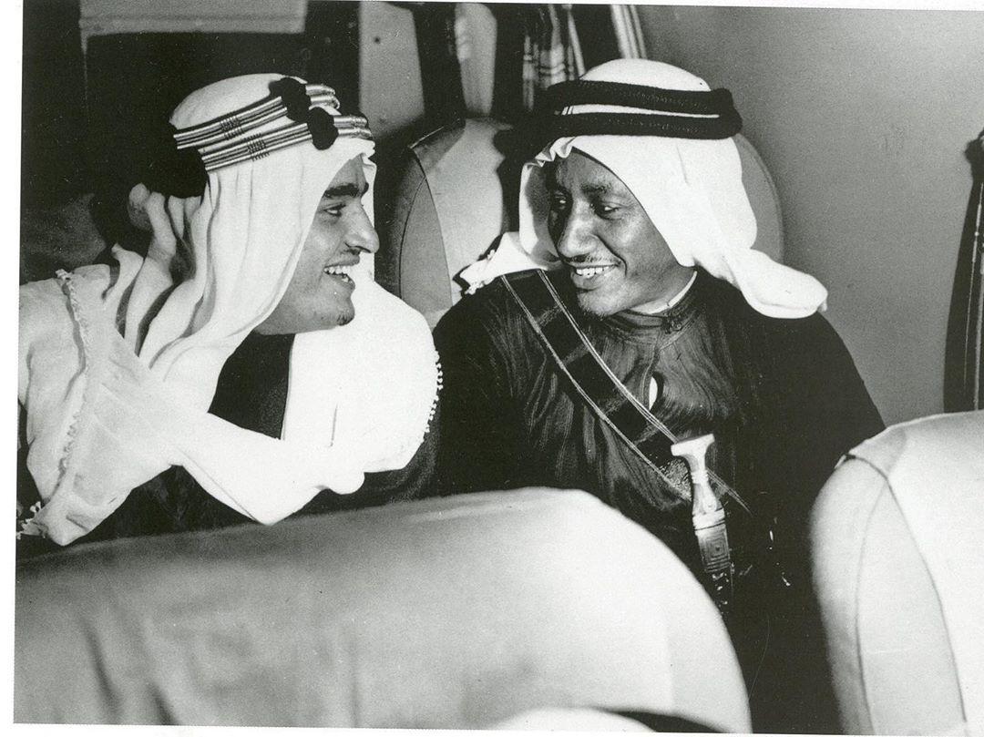 حديث ودي وابتسامة تعلو الوجوه بين الأمير فهد بن عبدالعزيز الملك فيما بعد ومرافقه ذياب الجوهر في الطائرة المتوجهة إلى Ksa Saudi Arabia Captain Hat Captain