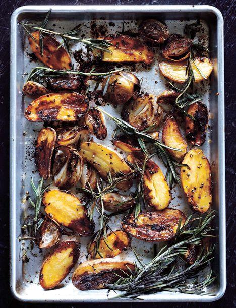 Balsamic baked potatoes recipe from Sweet Paul Magazine. (Recipe on p 146 of the link.) #potatowedgesselbermachen