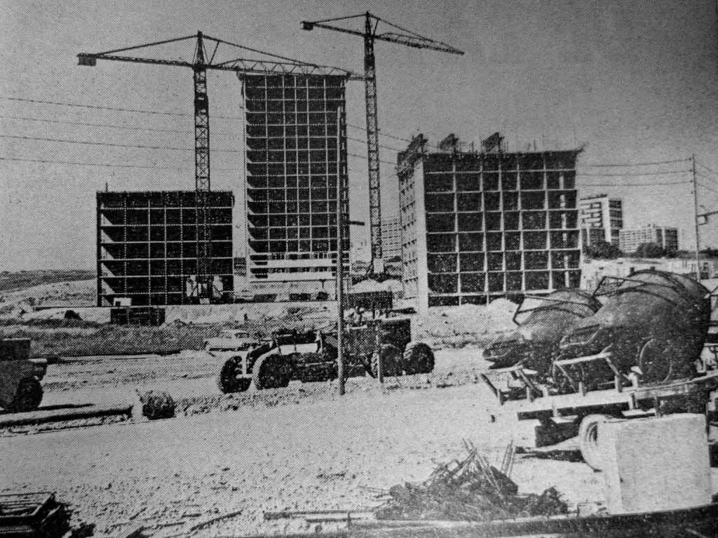 1965 chantier de construction de la ville nouvelle de for Piscine cergy prefecture
