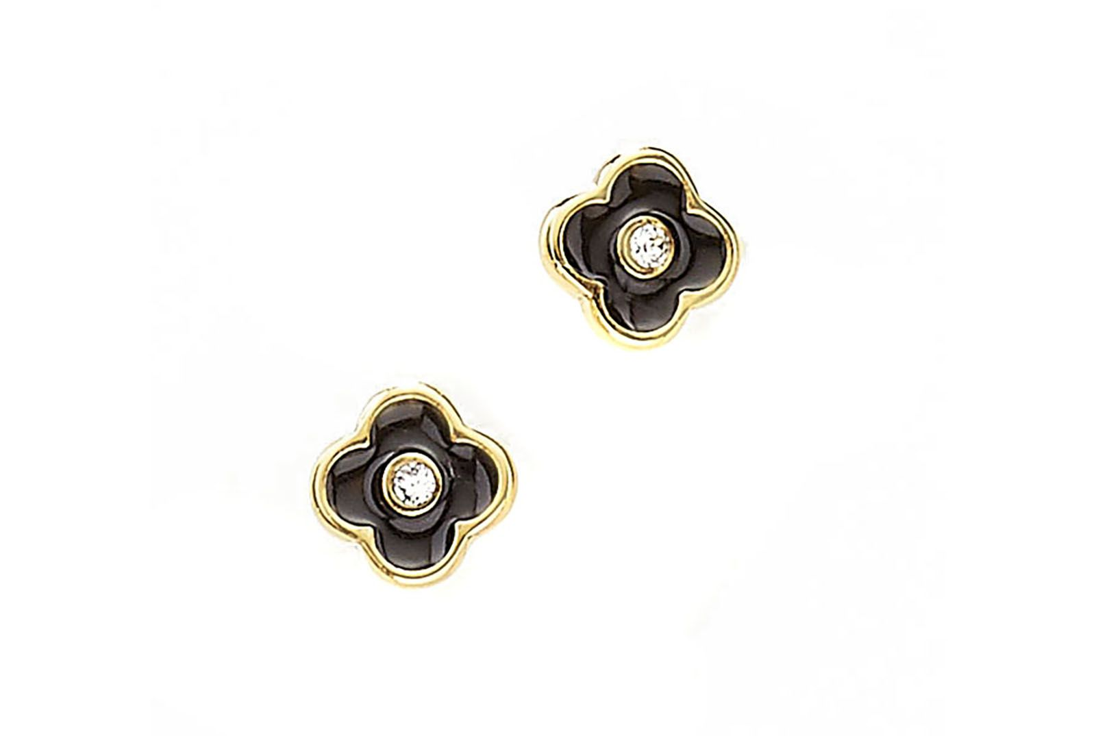 0d95a8896bac Delicados aretes en forma de flor de 4 petalos en color negro y piedra de  cristal al centro. Elaborados en 4 baños de oro de 18 kl.