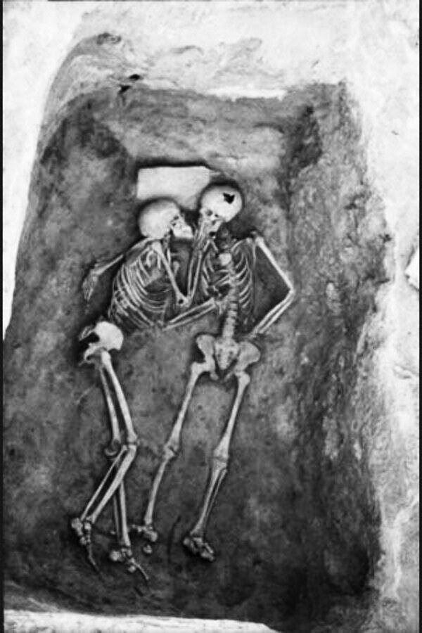 O beijo de 2800 anos. Isso é o que eu chamo de amor, verdadeiro amor.