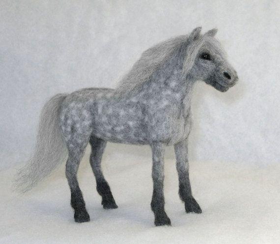 Needle Felted Horse Dapple Gray Free Shipping von NatureinWool