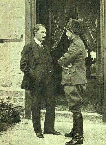 İsmet İnönü bir gün yorgun ve sinirli bir halde Çankaya'ya çıkıyor.  Kahveden sonra Atatürk soruyor: ile ilgili görsel sonucu