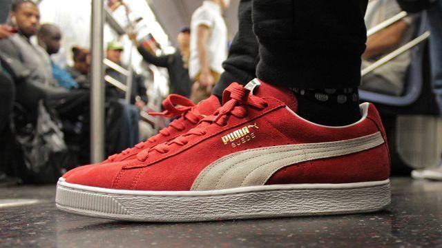 Son look simple, sa matière en daim et sa semelle blanche font de la Puma  Suede une sneaker emblématique de l'histoire de la chaussure.