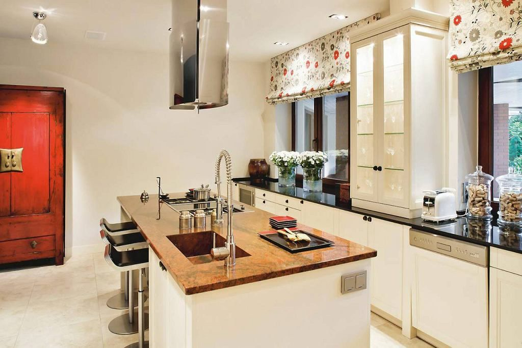 Wszystkie Blaty Sa Z Granitu Ale Ten Na Wyspie Ma Inny Kolor Niz Pozostale W Ten Sposob Umownie Wyodrebniono Te Czesc Pomie Kitchen Design Kitchen Home Decor