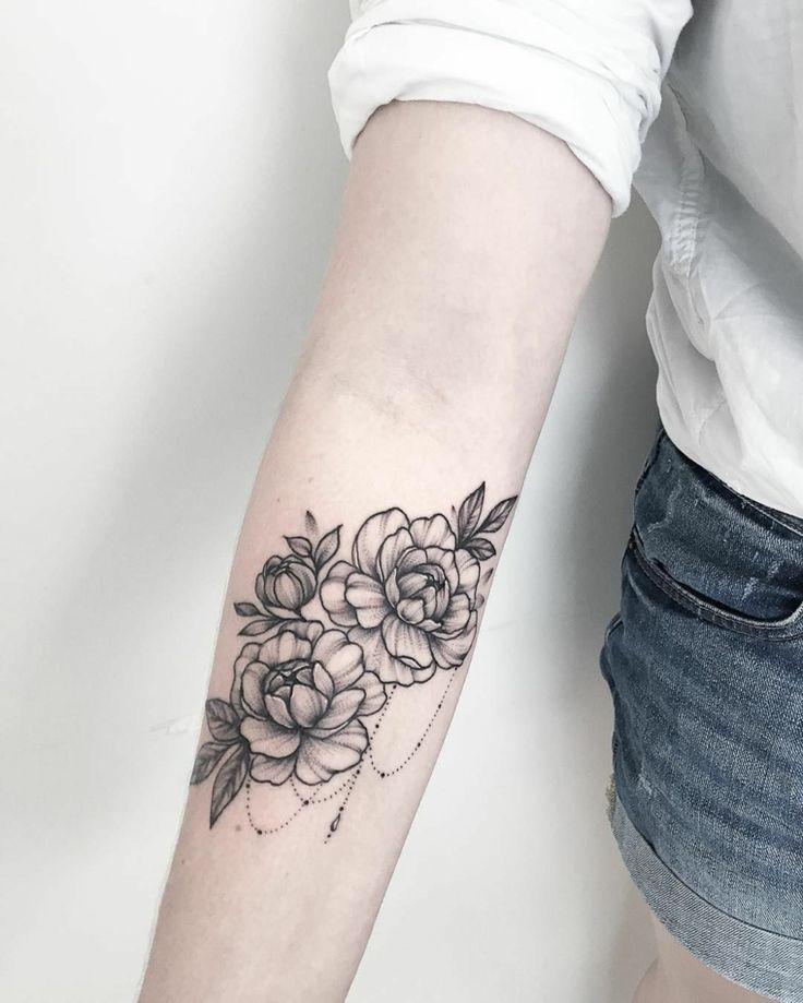 Fiore di lotto con simboli mandala, tatuaggi femminili braccio con leggere sfuma…
