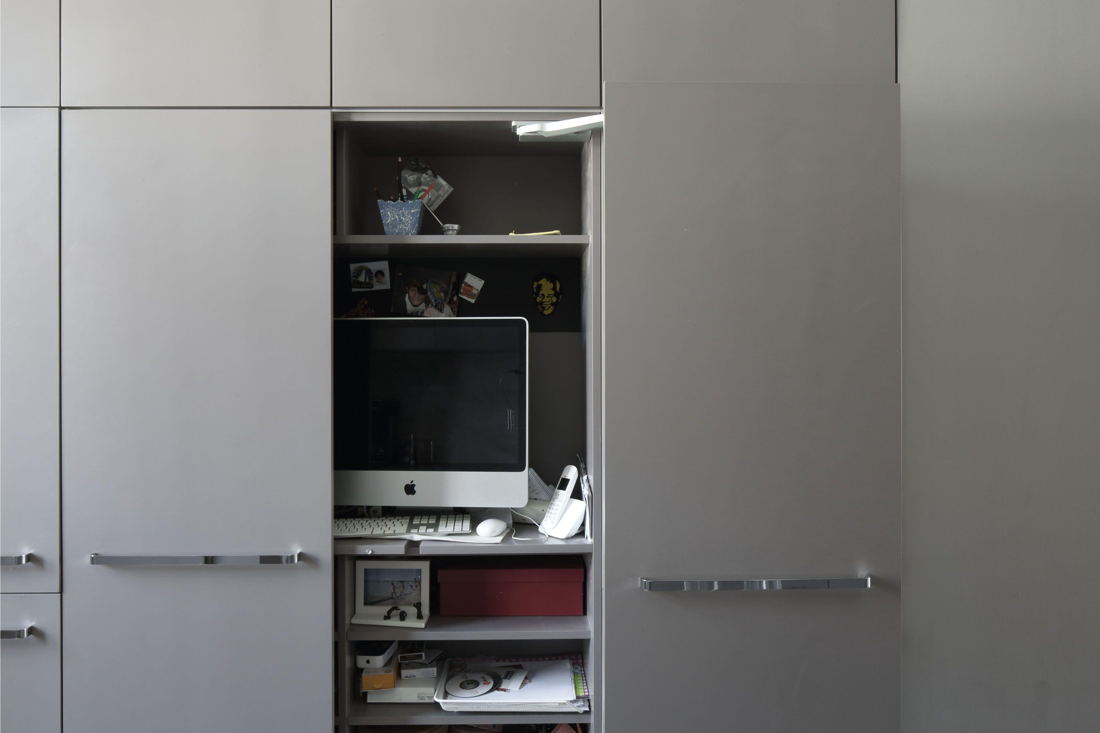 Bureau intégré et dissimulé dans un placard dans une maison à