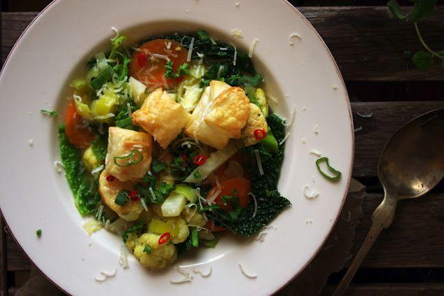 katskyful: Gemüsesuppe mit Blätterteig-Käse-Splitter und Kartoffel-Tarte