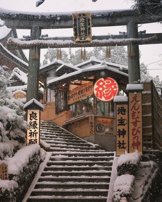 Travel around Japan, winter is one of the most fascinating travel season in Japan. With a JR Pass you can travel from 7 to 21 days.