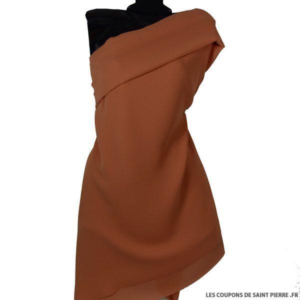 Crêpe Georgette Mandarine, vendu en coupon de 3 mètres.  Sur 115 cm de largeur.  C'est un tissu fin et fluide, légèrement transparent, prévoir une doublure.  A la fois sobre, raffiné et très couture.  La crêpe Georgette est souvent utilisée pour la confection de robes habillées, vaporeuses et romantiques, ou de costumes de danse.