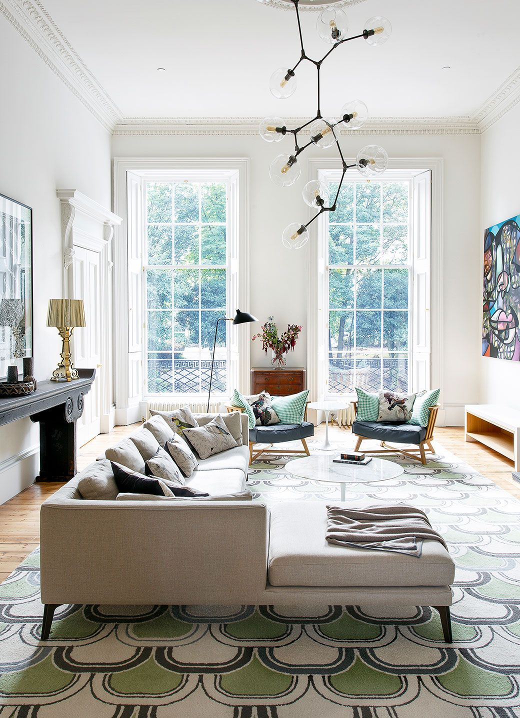 large area rug with green accents in modern living room ...