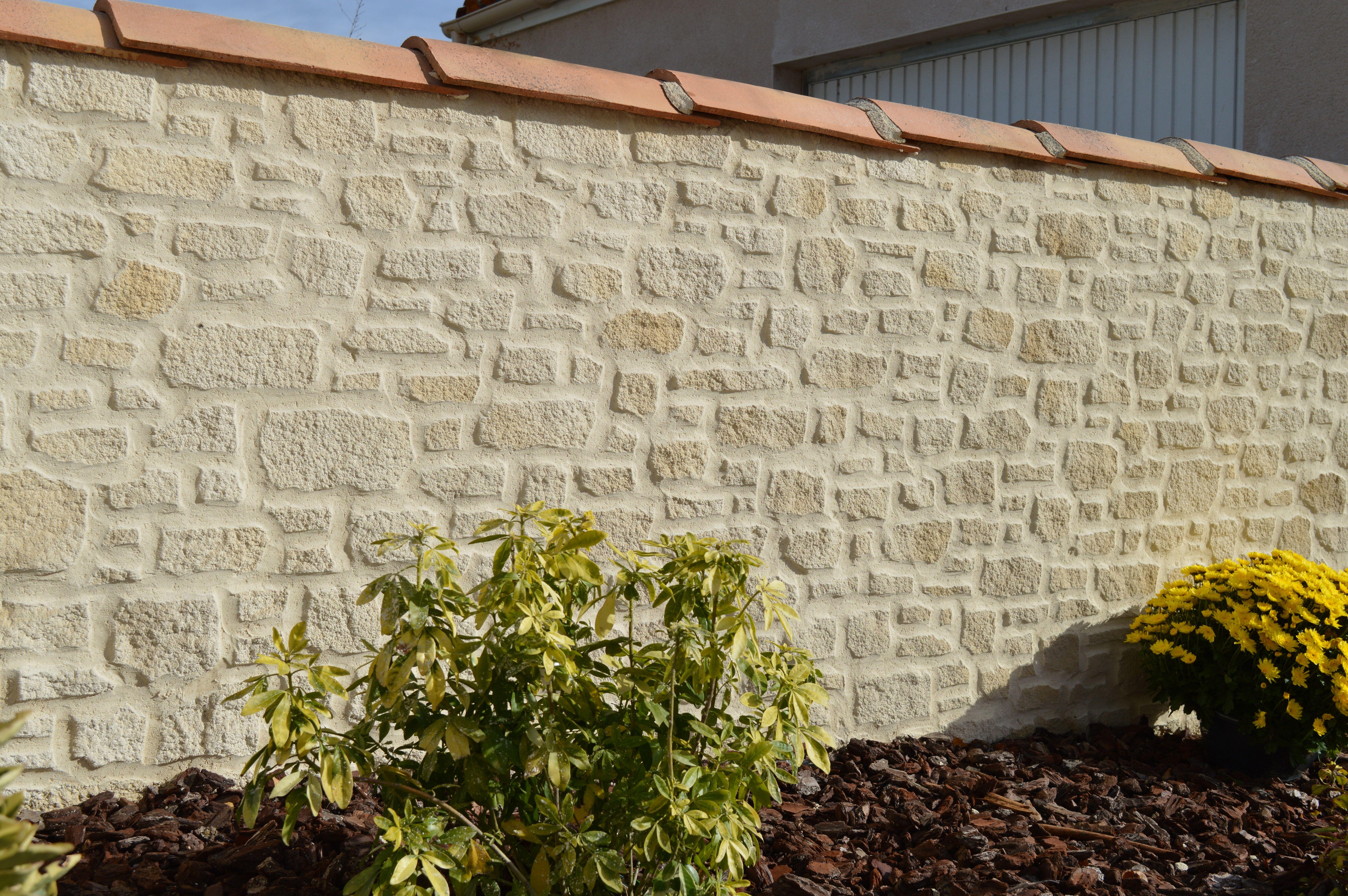 Muret De Cloture En Enduit Sculpte Par Imipierre Sarl Parement Pierre Exterieur Briquette De Parement Cloture Maison
