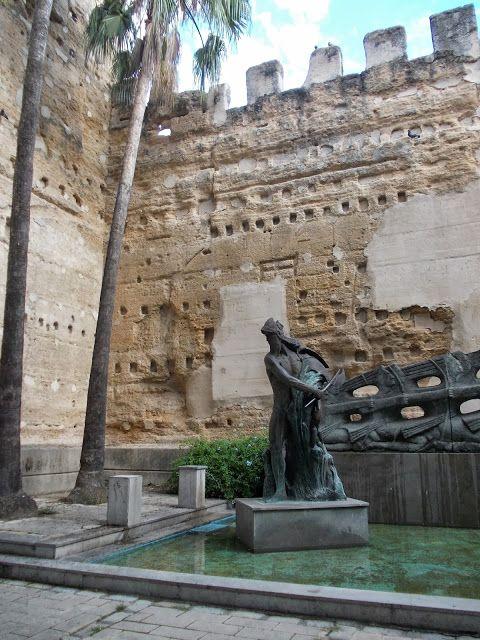 Restos de murallas en calle ancha jerez jerez de la for Calle prado jerez madrid