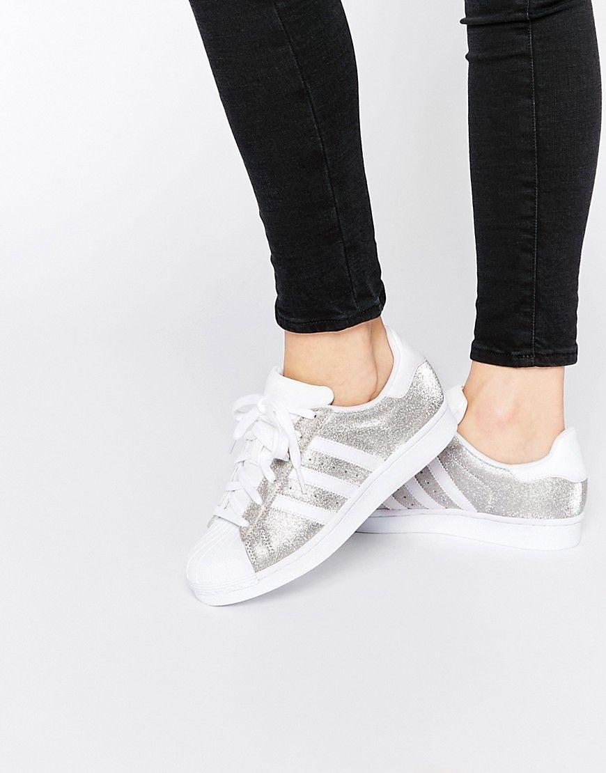 949ab773c4285 Zapatillas en plateado metálico de deporte Superstar de Adidas Originals.  Zapatillas de deporte de Adidas Acabado de cuero metalizado Cierre con  cordones ...