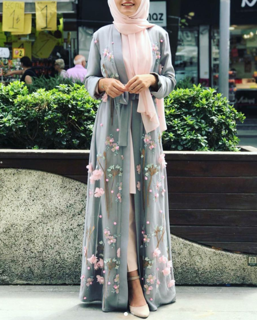 Grey 3D Flower open abaya Advance order. Will be shipped from 10th of April! 3D flower effect Fully Lined Long sleeves with cuff details Fabric: Viscose :52% Cotton:3 % Polyester: 45% Length: 140 cm