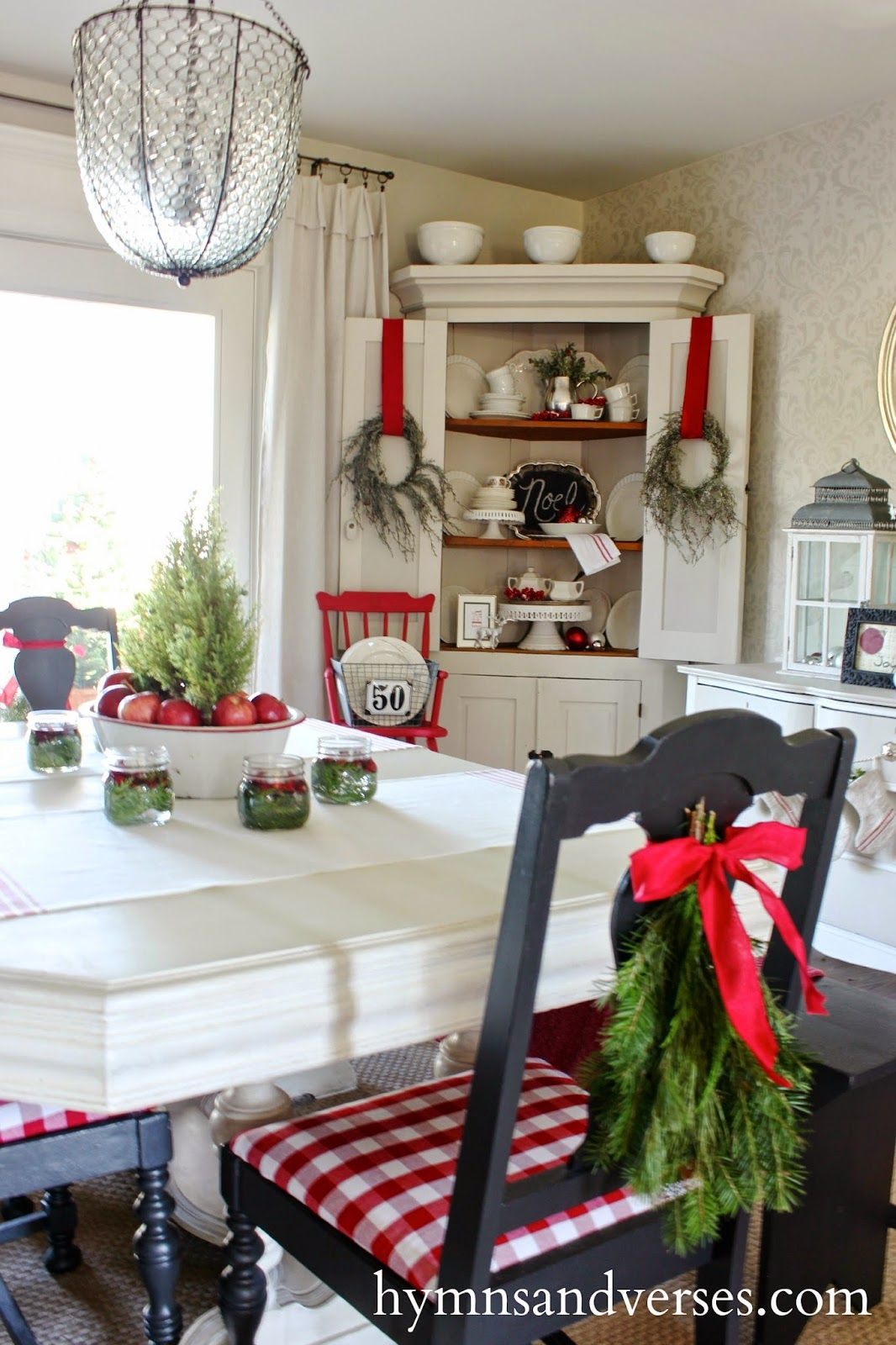 Christmas dining rooms on pinterest french christmas for Ideas to decorate dining room table for christmas