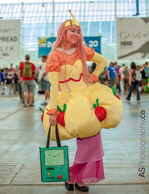 Princess Bubblegum at ComicCon SDCC | http://www.amazingcosplaypics.com/image/1550/Princess_Bubblegum_at_ComicCon_SDCC/